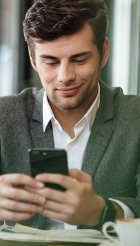 homme en visioconférence devant son smartphone